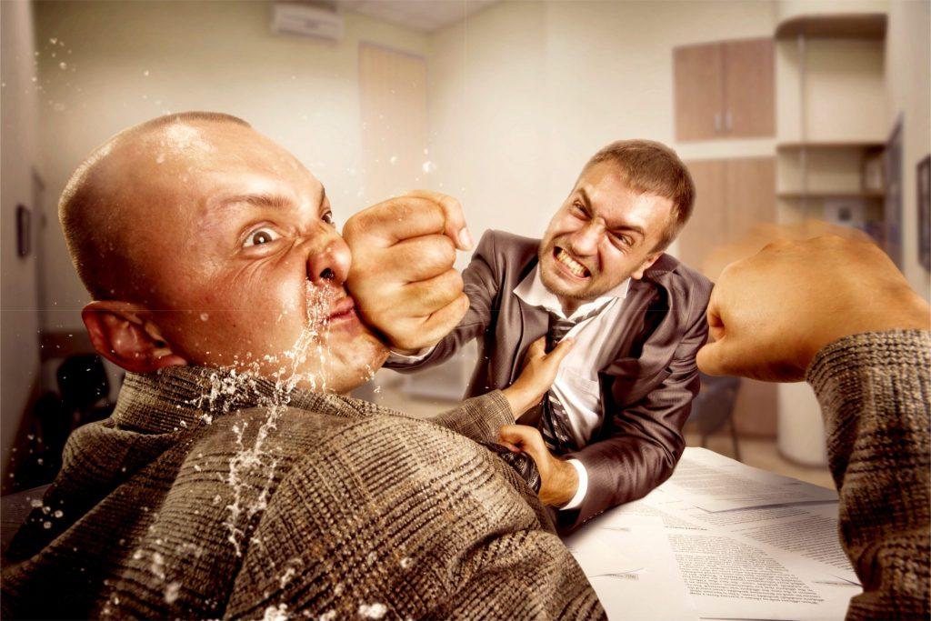 喧嘩している男性二人