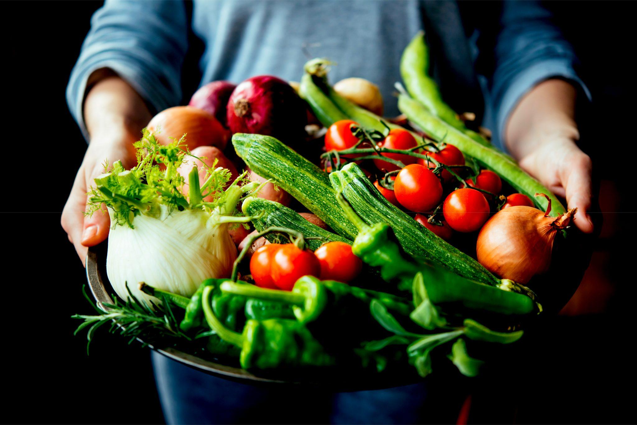沢山の野菜を持っている人