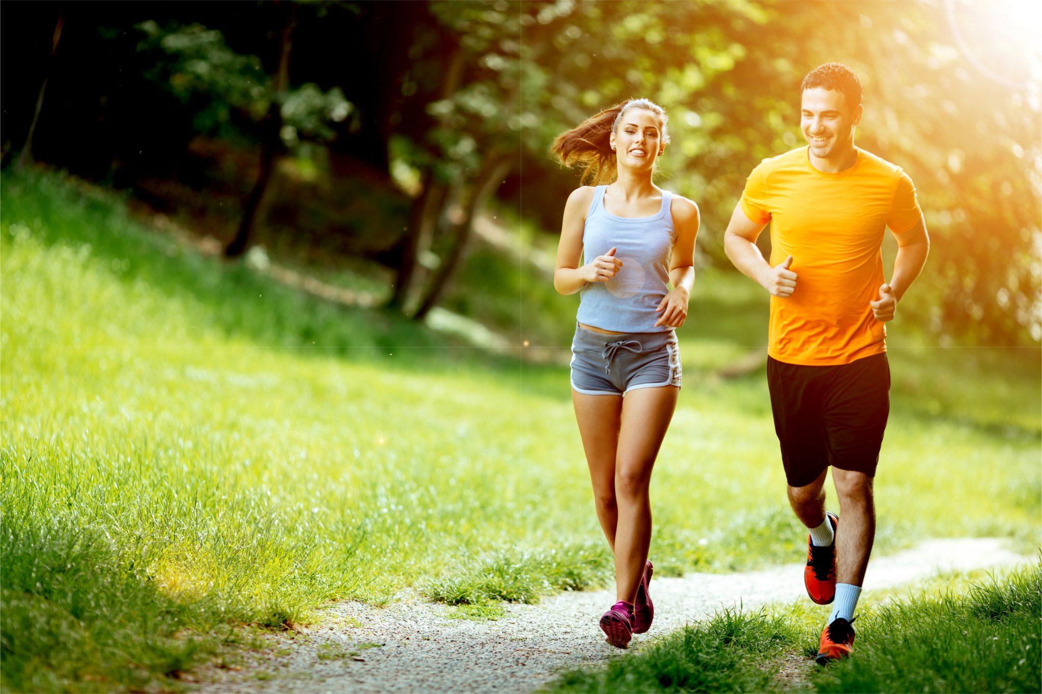 ダイエットでジョギングしているカップル