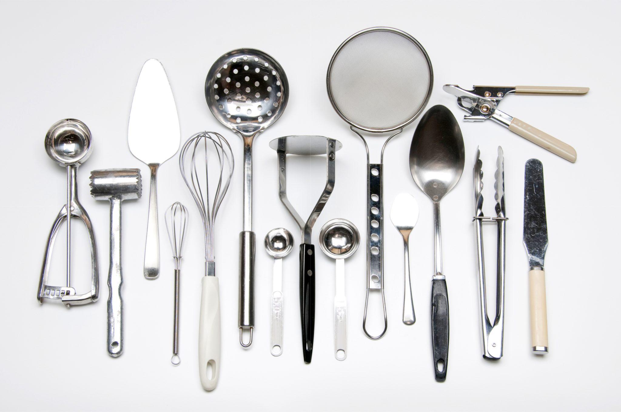 たくさんの調理器具を並べている