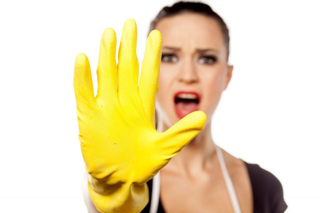 ゴム手袋を付ける女性