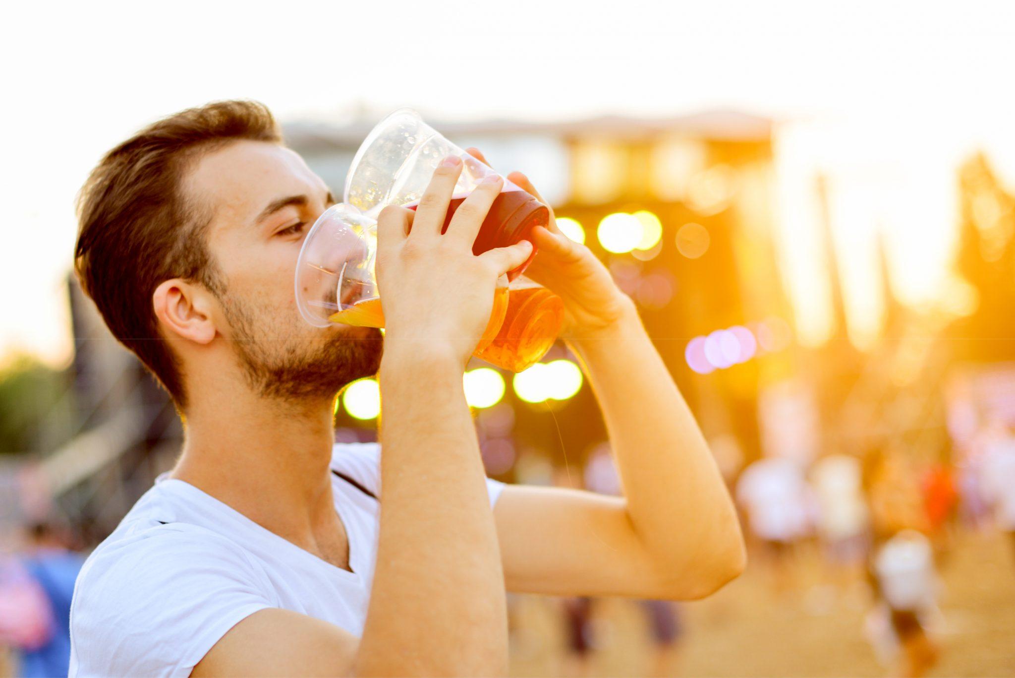 イベントでビールを一気飲みしている男性