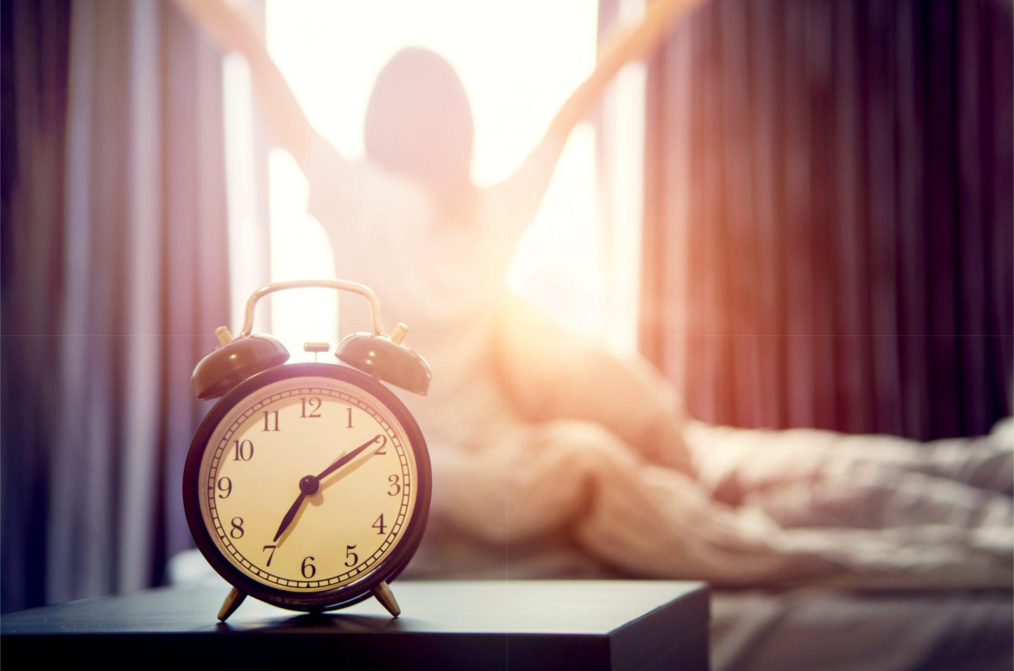 朝の日差しで起きた女性