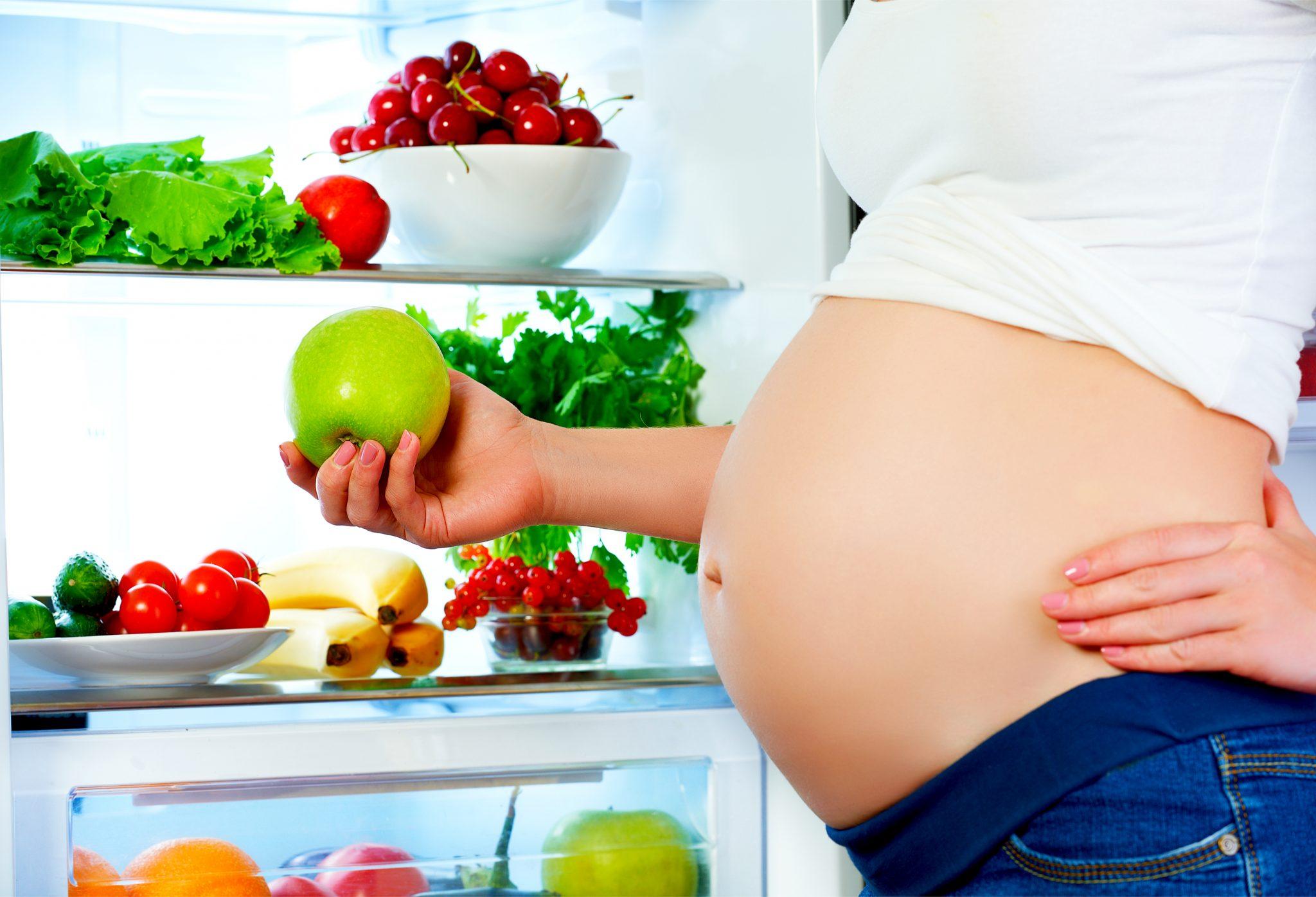 食べ物に気をつけている妊娠中の女性