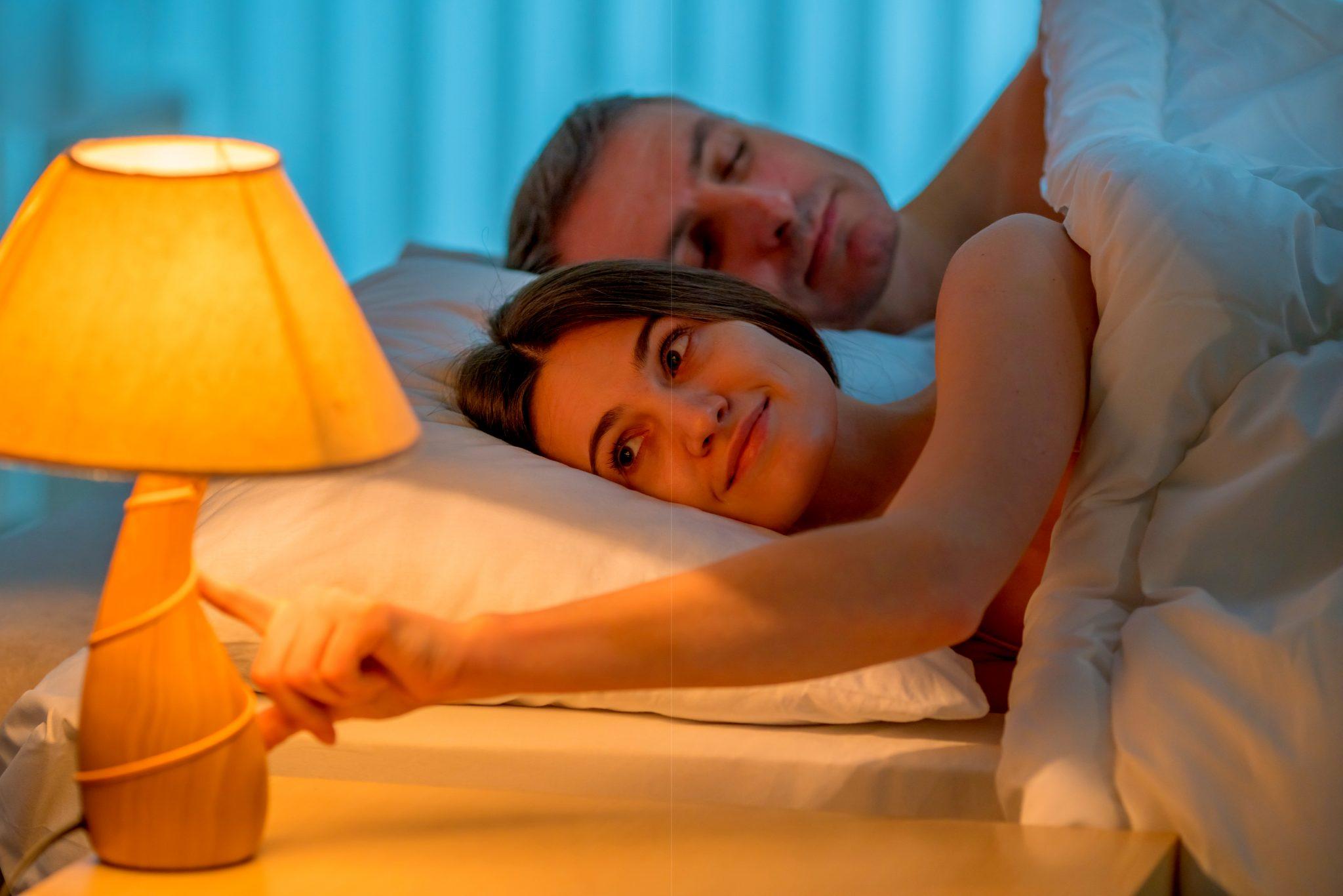 就寝前に電気を消している女性