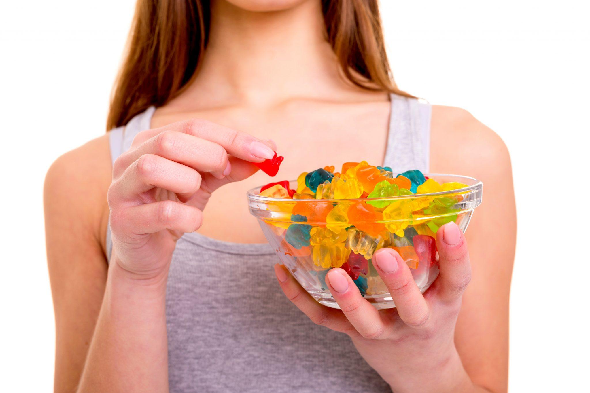 グミを食べている女性