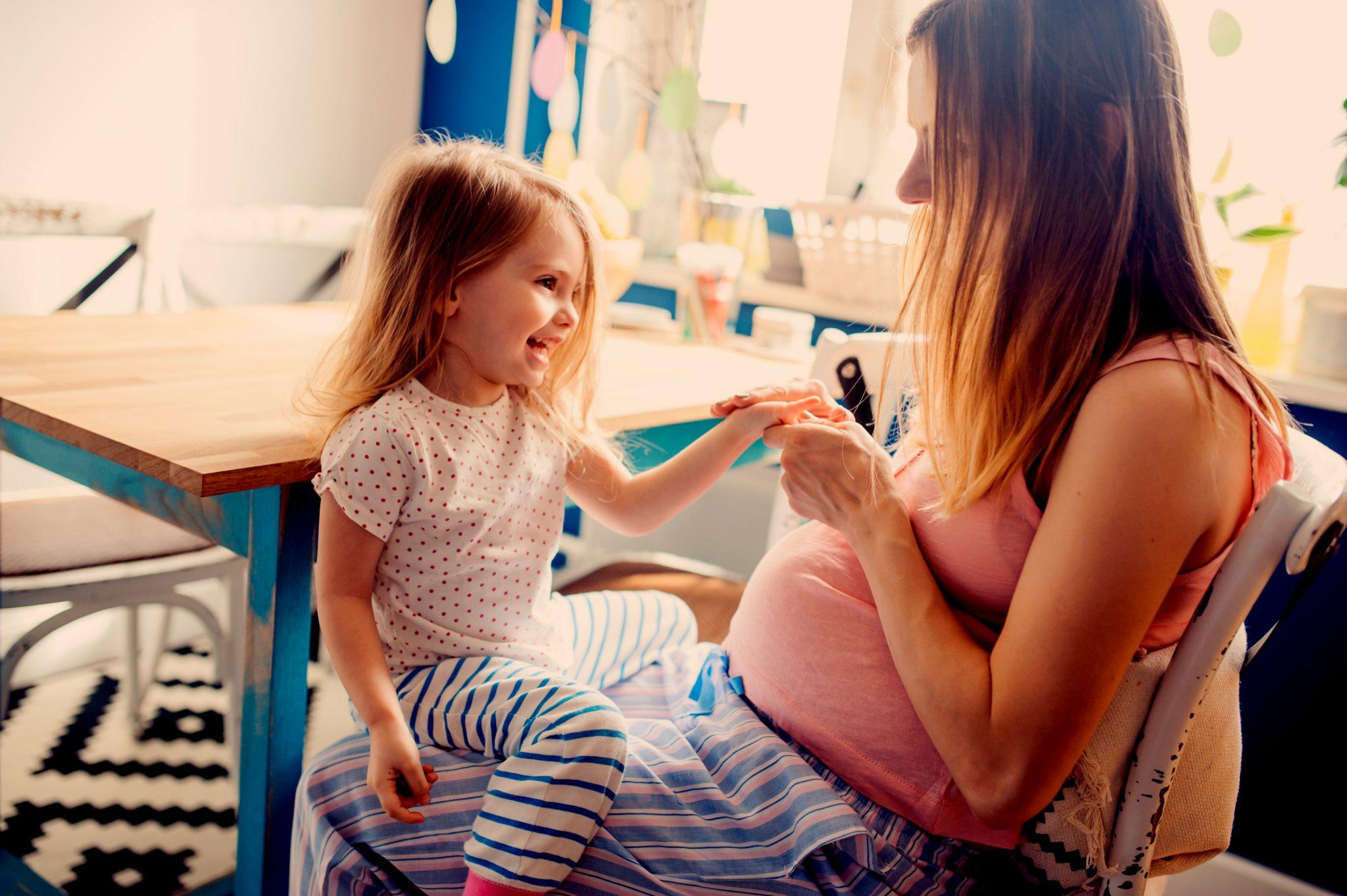 妊娠中のお母さんと娘