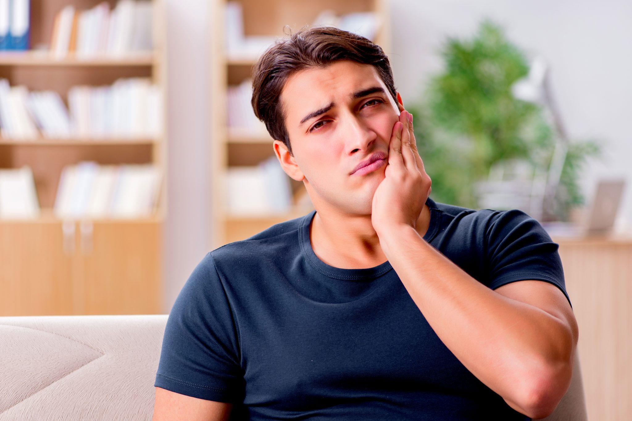 口腔内に違和感を感じている男性