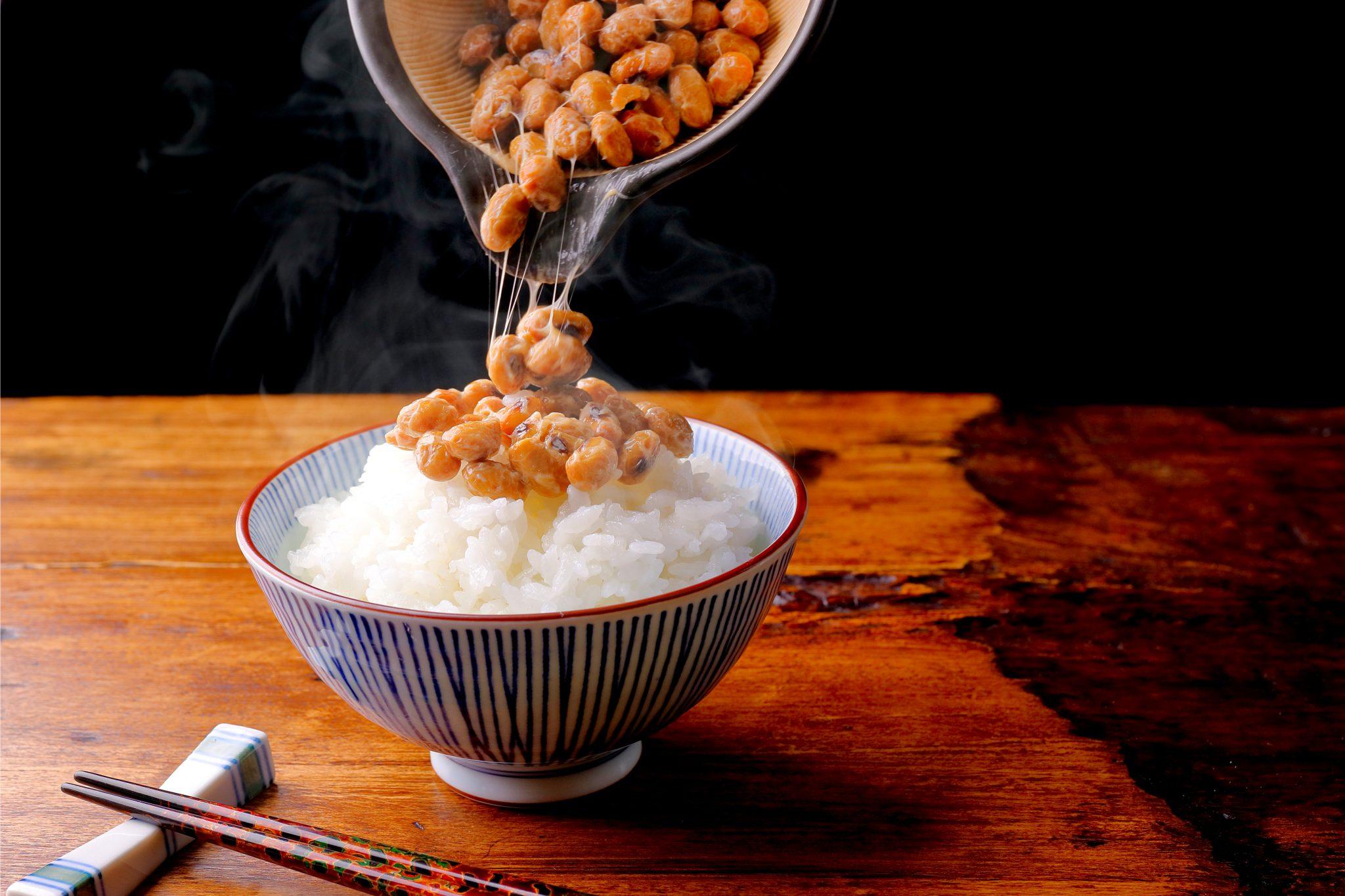 納豆を炊き立ての白米にかけているところ