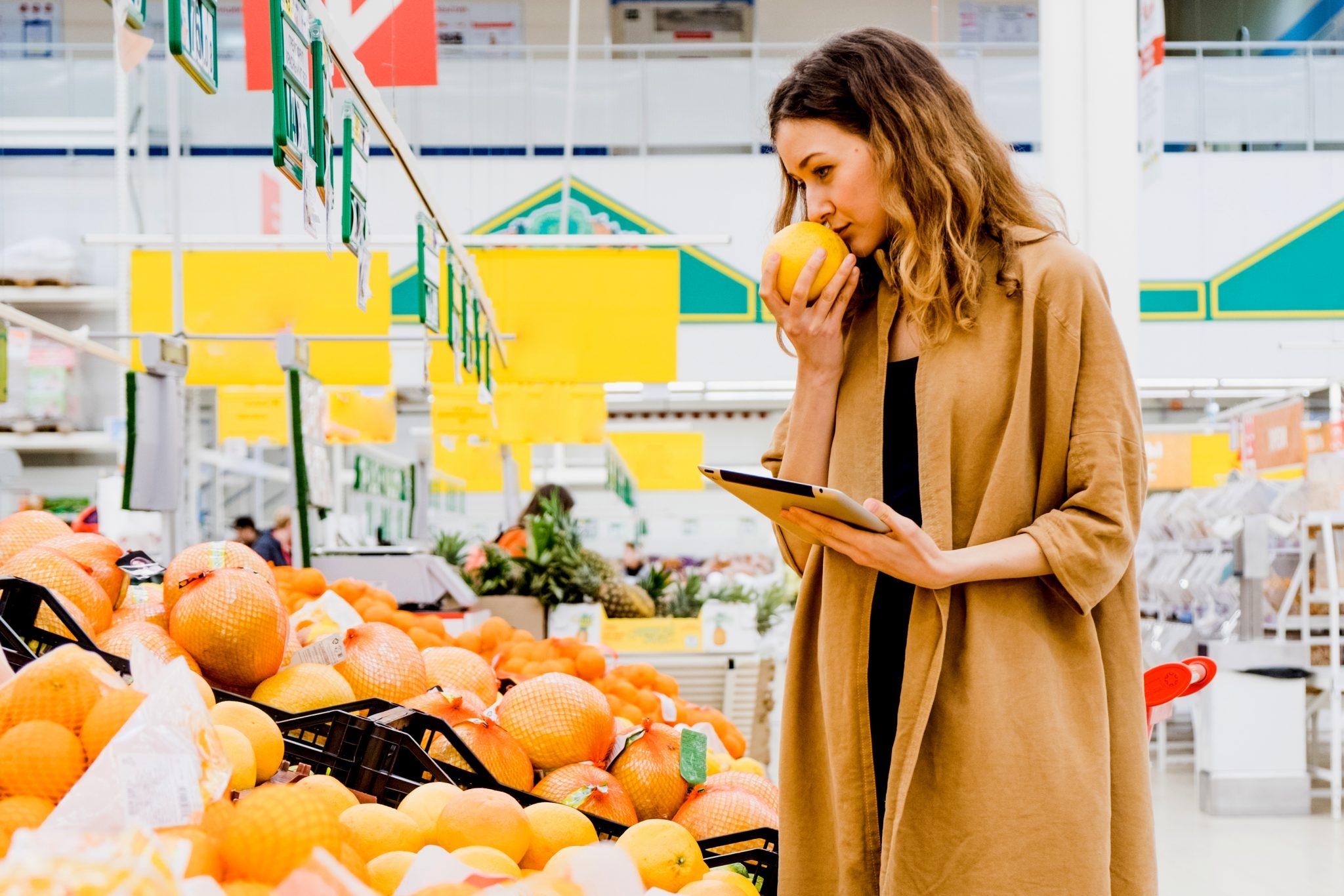 スーパーでグレープフルーツを吟味している女性