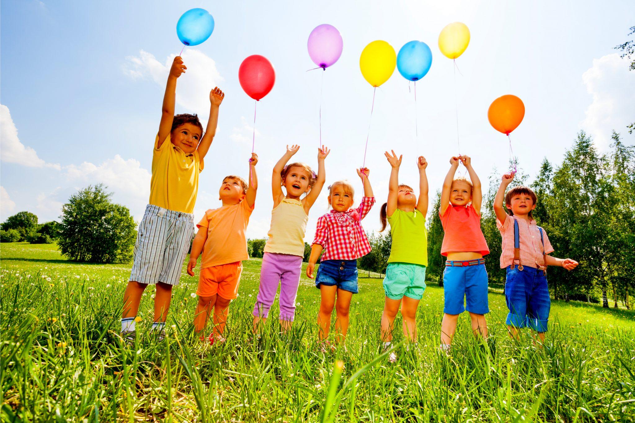風船で遊んでいる子どもたち