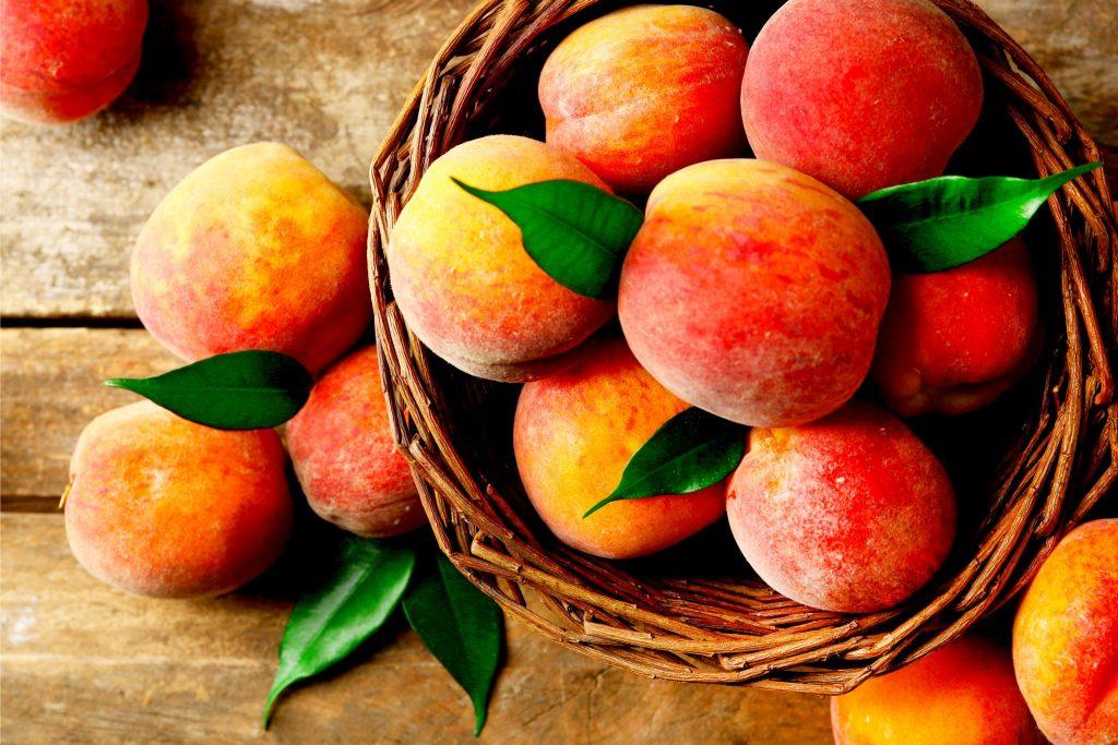 かごいっぱいに入った桃