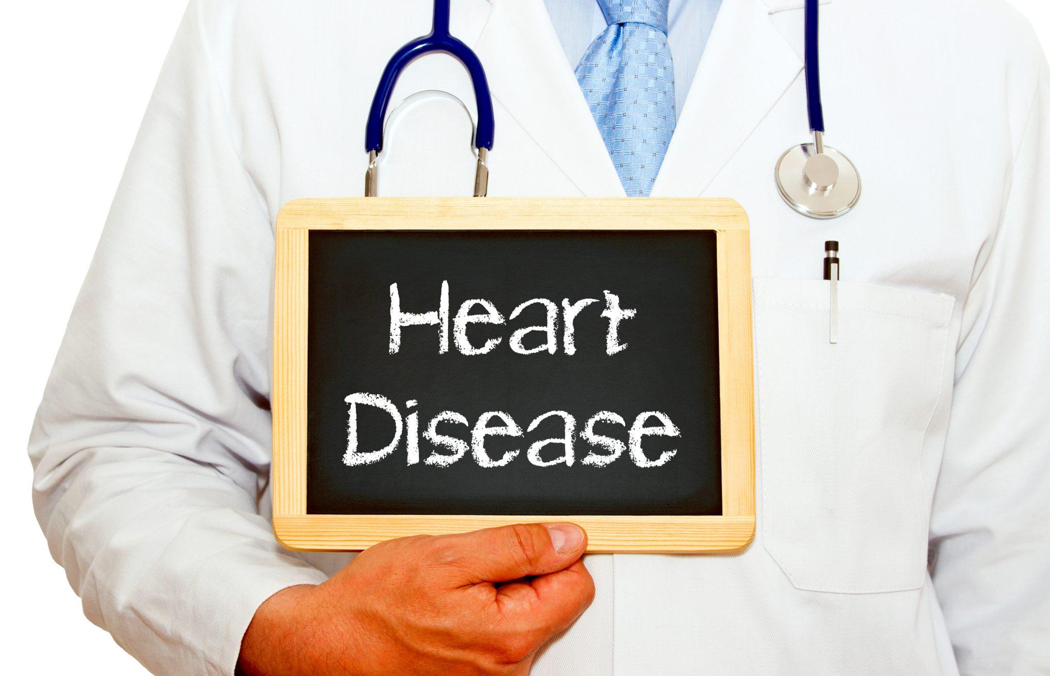 心臓病のプレートを持った医師