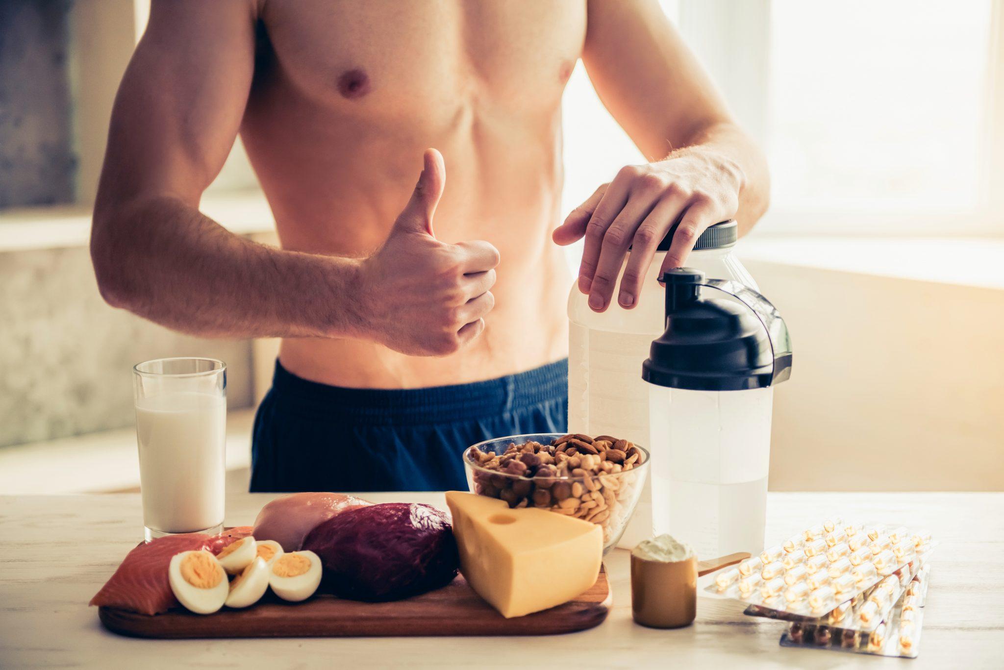 筋トレ後にたんぱく質を補給しようとしている男性