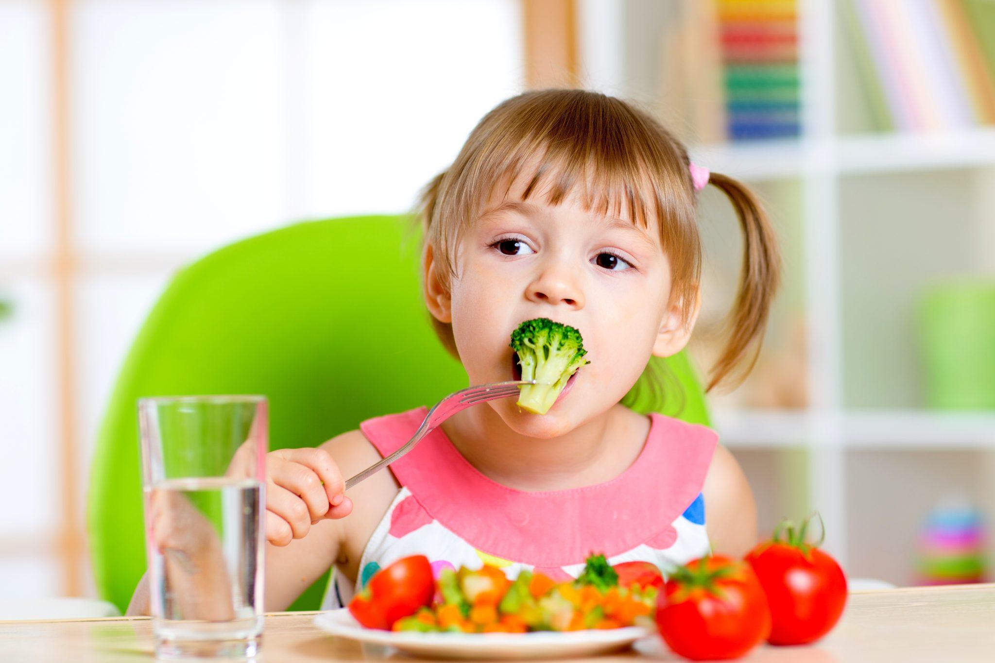 ブロッコリーを食べている女の子
