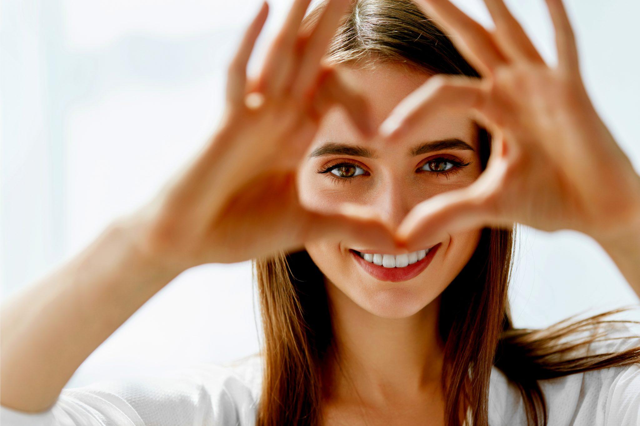 眼の保護を謳う女性モデル