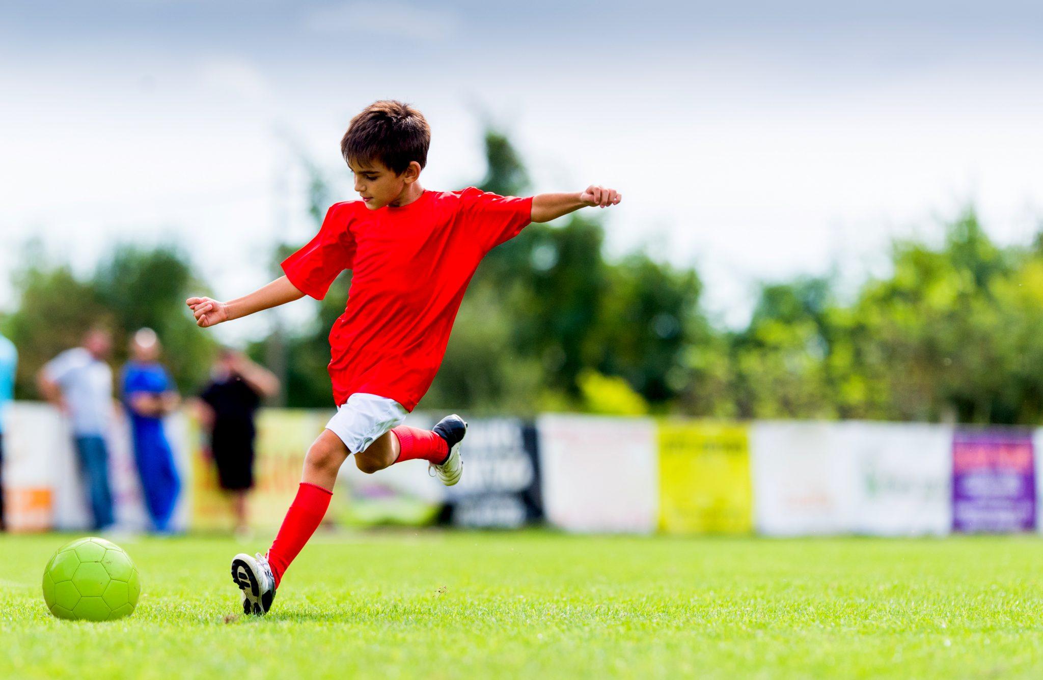 サッカーのシュート練習をしている少年