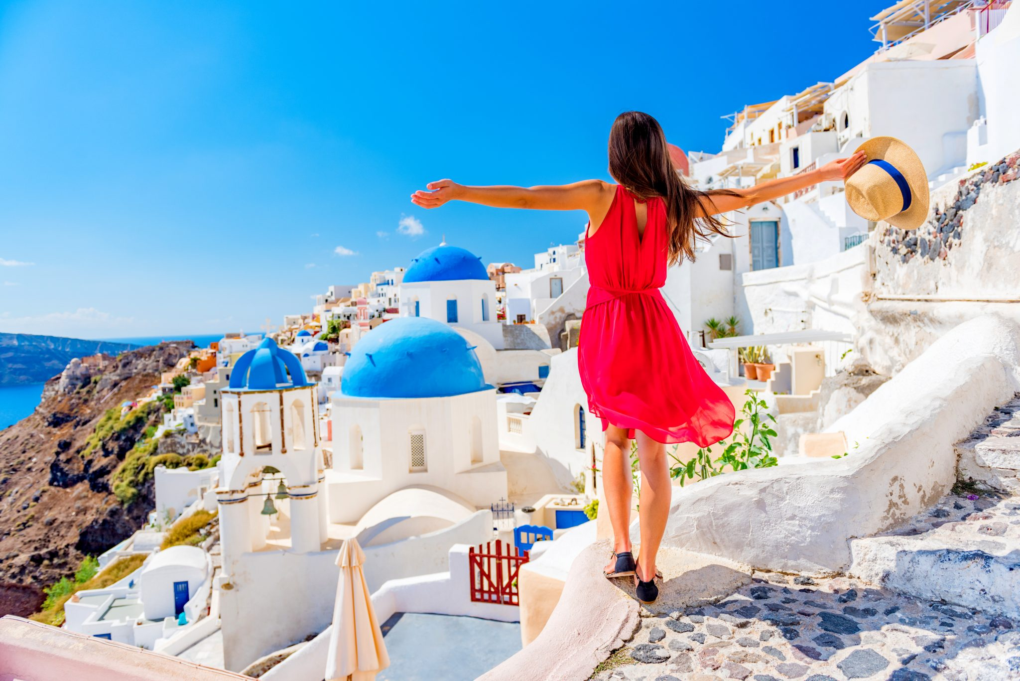 ギリシャ旅行でリラックスしている女性