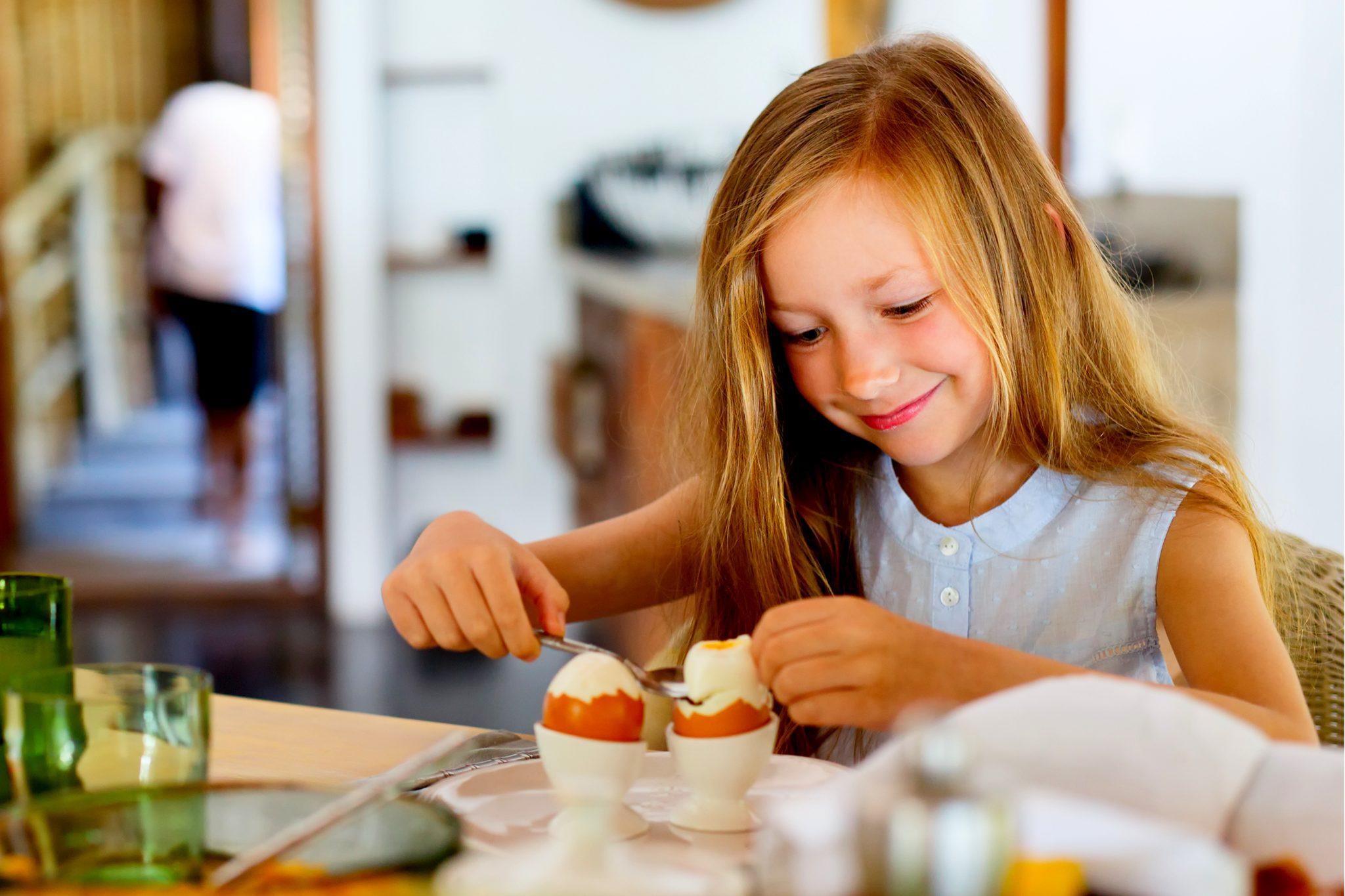 茹で卵を食べている女の子