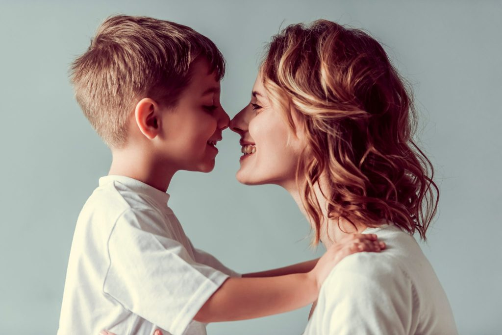 母と子が顔を向い合せている