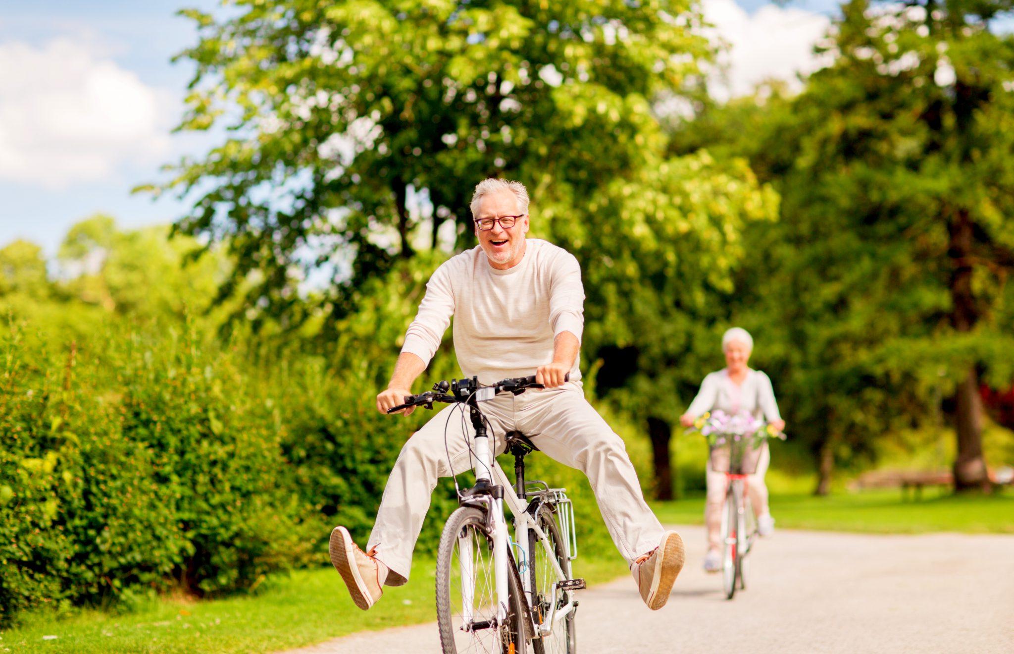 自然の中をサイクリングしている健康的な老夫婦