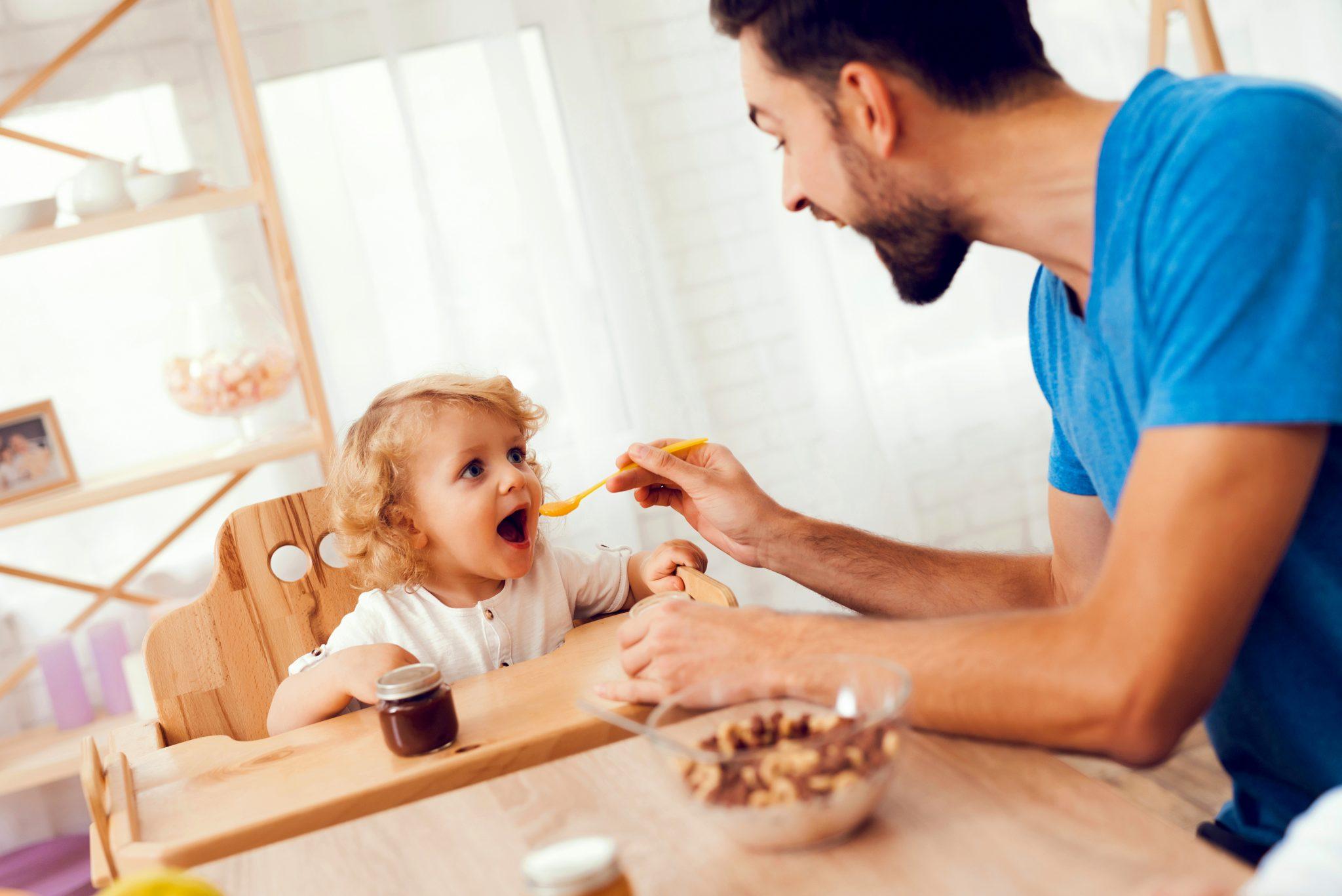 パパが娘にご飯を食べさせてあげている