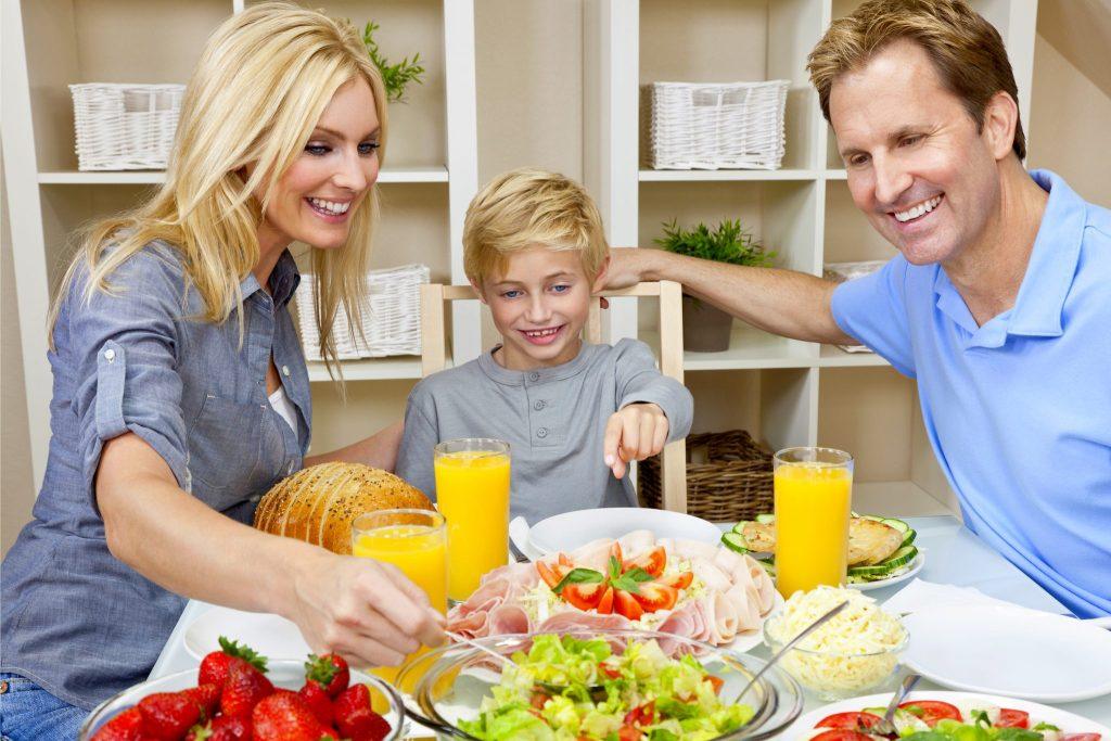 家族で仲良く食事をしている