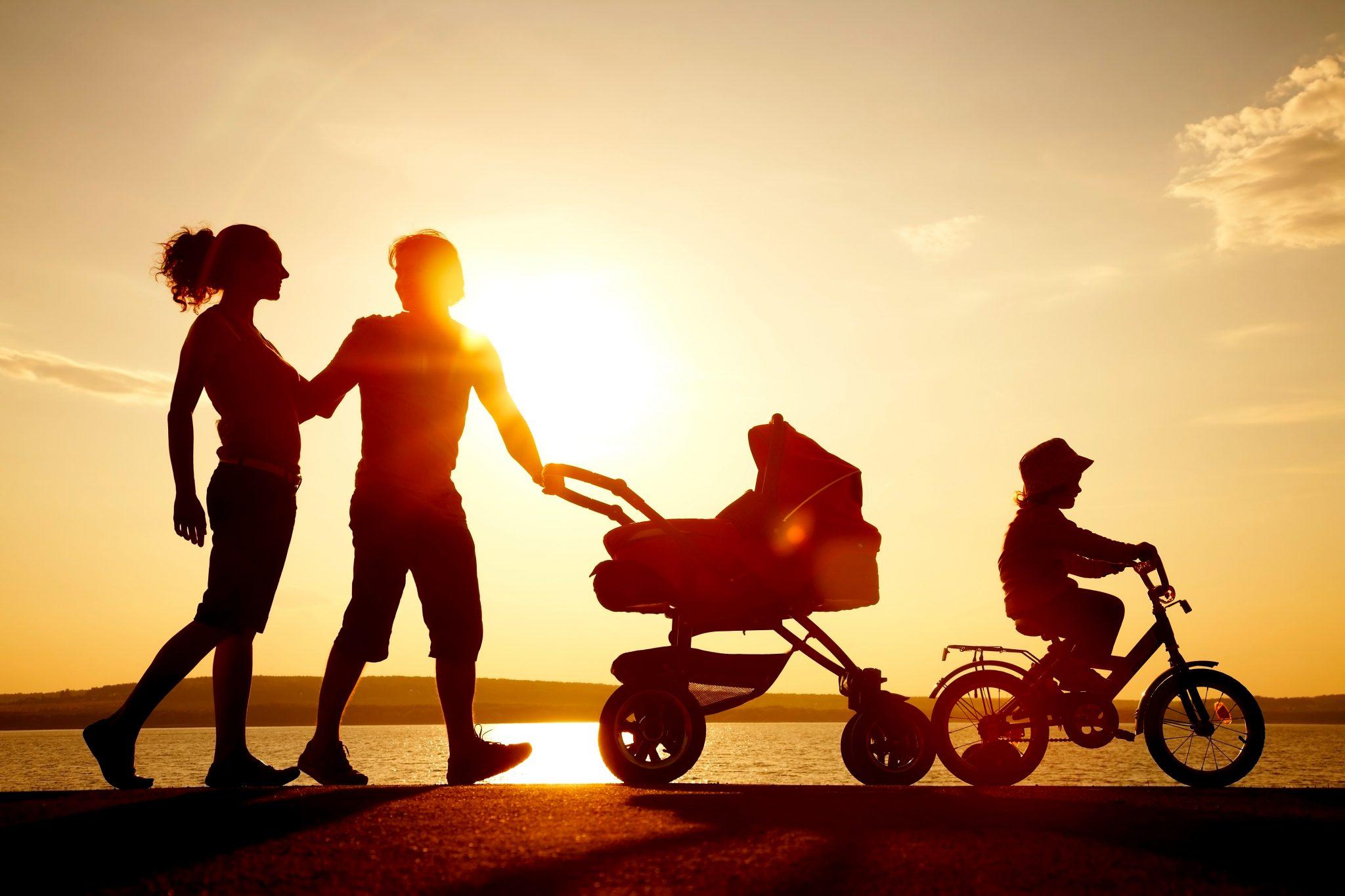 家族で夕日の中を散歩している