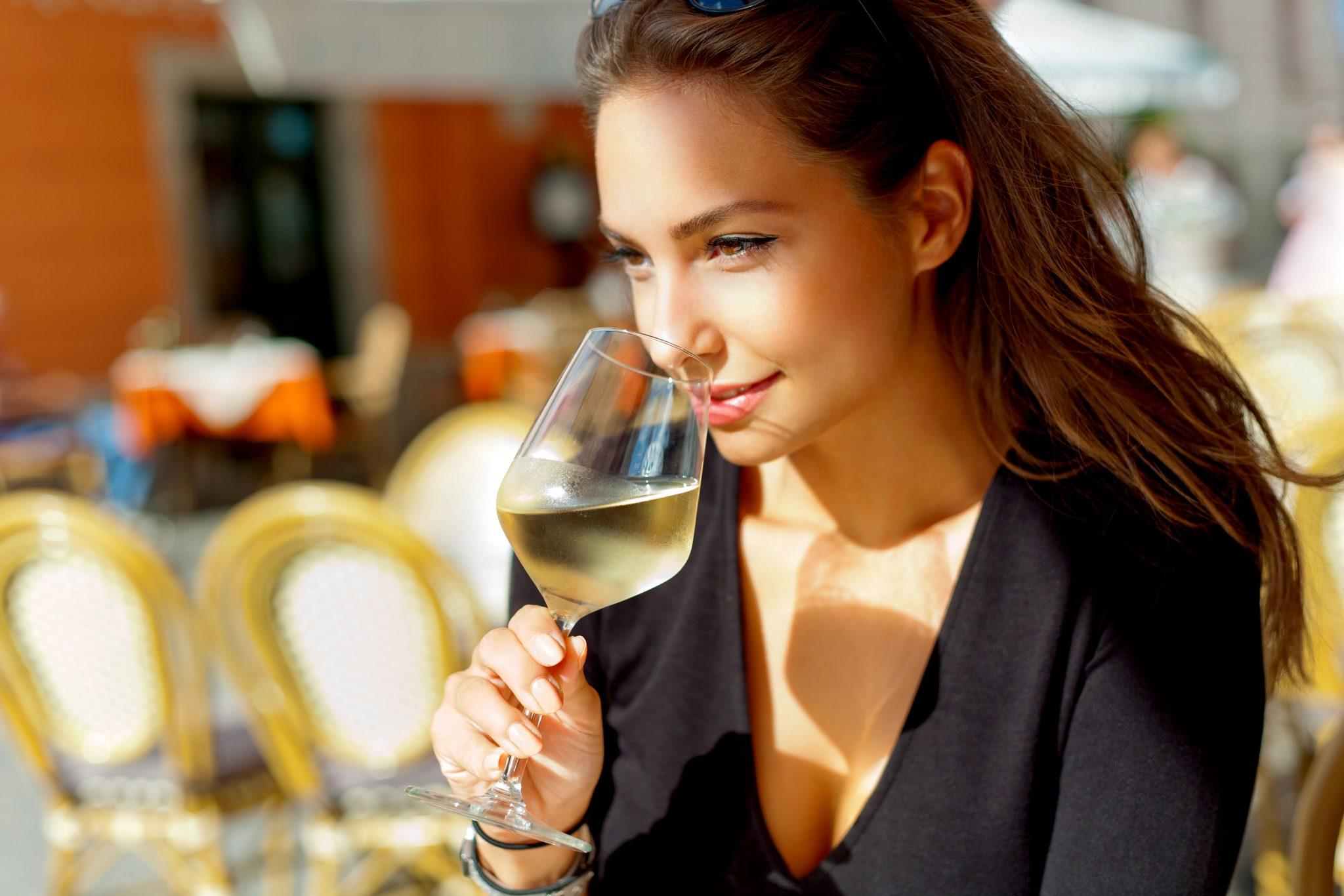白ワインを飲んでいる美女