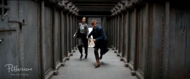 Tina Goldstein e Newt Scamandro in fuga.