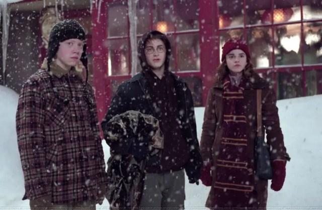 Il trio a Hogsmeade sotto la neve durante il periodo di Natale