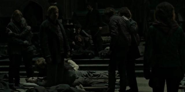 Percy e la sua famiglia davanti al corpo di Fred
