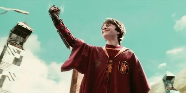 Harry durante la sua prima partita di Quidditch di Harry: secondo le regole di Hogwarts, Harry non potrebbe partecipare