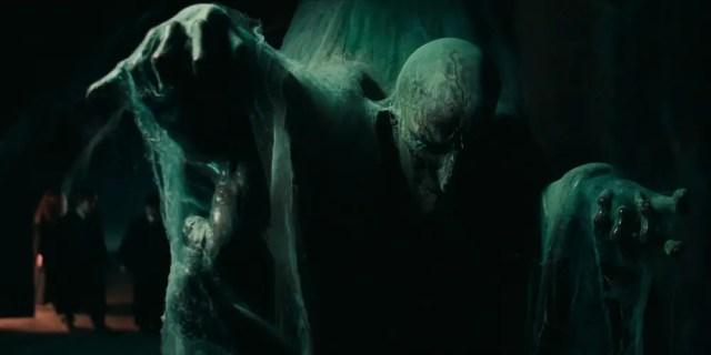 Harry, Ron e Hermione nel corridoio del terzo piano: le regole di Hogwarts ne vietano l'accesso durante il primo anno