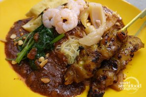 Satay Bee Hoon (Rice Vermicelli Noodles With Chicken Satay Skewers and Spiced Peanut Sauce) - Singapore