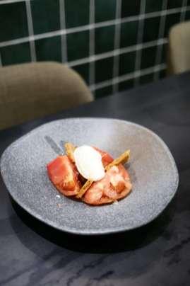 Ensalada de tomate Barbastro, sablée Bretonne de queso Comte.