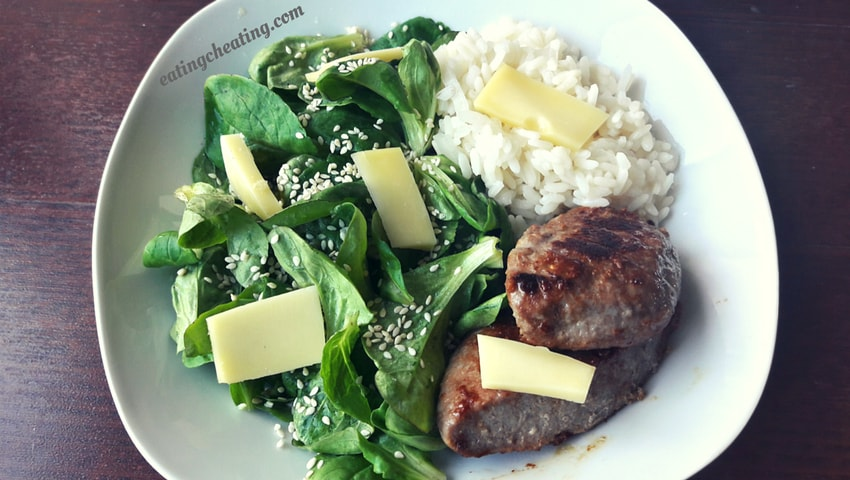 Beef burgers with white rice and lamb's lettuce