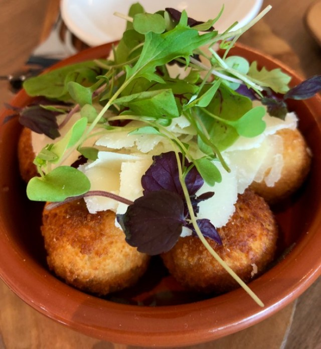 360 Restaurant: olives
