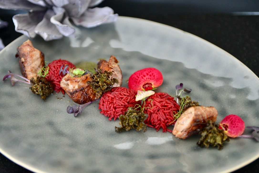 Kalbsröllchen mit Randen-Basmatireis und fritiertem Kale