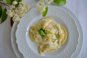 Pasta Mezzaluna mit Zitronen-Pouletfüllung