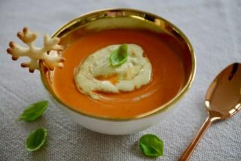 Tomatencremesuppe mit Basilikumrahm