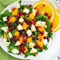 Kolorowa sałatka z mango, granatem i Camembertem w dressingu pomarańczowym