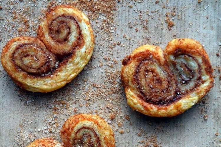 Palmiery cynamonowe z ciasta francuskiego