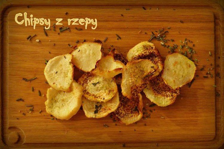 Pieczone chipsy z czarnej rzepy