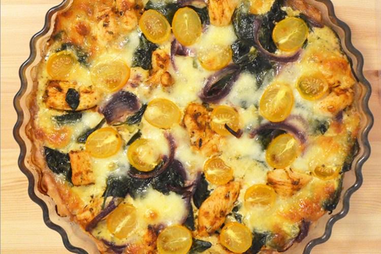 Tarta na  kruchym spodzie z kurczakiem, szpinakiem i sosem śmietanowo – serowym
