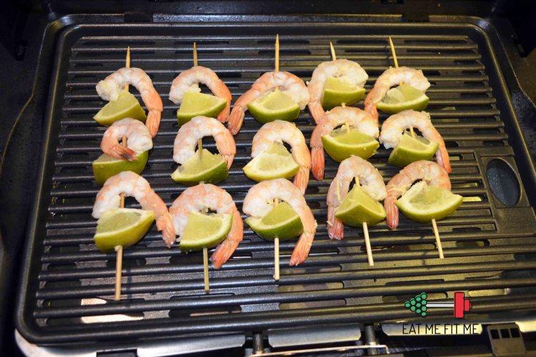 Risotto kalafiorowo – limonkowe z szaszłykami z krewetek i limonki