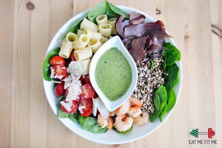 przepis-prosta-salatka-szpinak-krewetki-makaron-szynka-sos-bazyliowy-eatmefitme