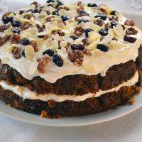 Świąteczne ciasto marchewkowe w wersji luksusowej - z kremem, żurawiną, orzechami włoskimi i migdałami