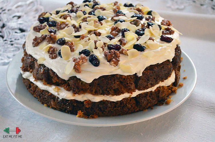 Świąteczne ciasto marchewkowe w wersji luksusowej – z kremem, żurawiną, orzechami włoskimi i migdałami