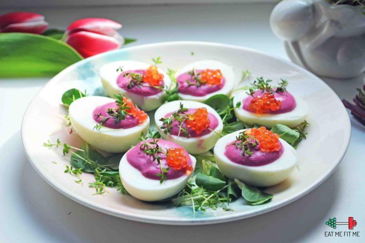 Jajka faszerowane musem z buraka i fety z dodatkiem kawioru i rzeżuchy